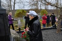 Возложение цветов к могиле В.И. Белова. Ольга Сергеевна Белова, вдова писателя