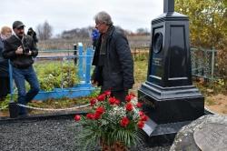 Возложение цветов к могиле В.И. Белова. П.Г. Каминный