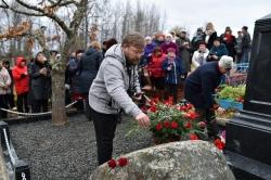 Возложение цветов к могиле В.И. Белова. Д.А. Ермаков