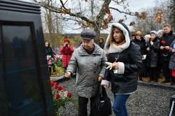 Возложение цветов к могиле В.И. Белова. Анна Васильевна Белова, дочь писателя